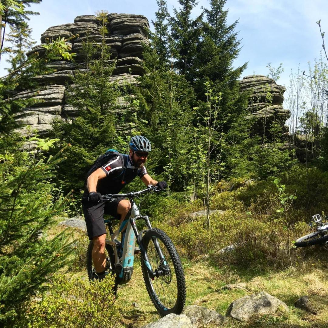 Radfahren an den Drei-Brüder-Felsen