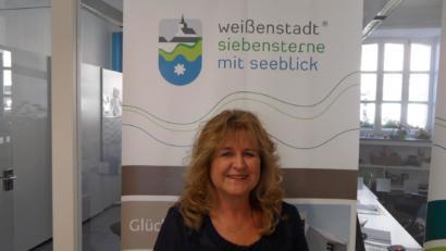 Bettina Wunderlich in der Tourist-Information Weißenstadt